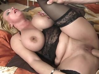 Light-haired mummy with meaty tits opens close by vagina for youthful youngster freesex